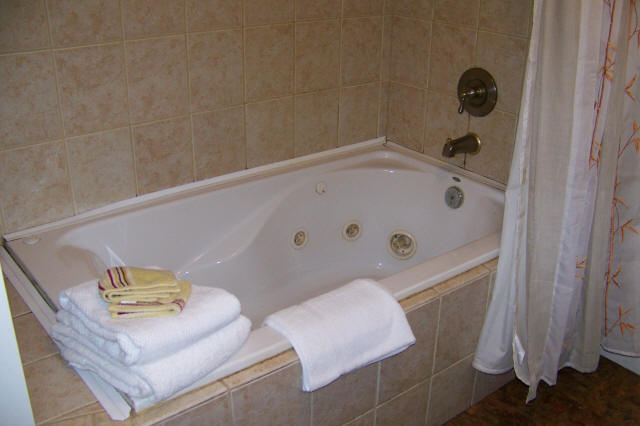Kilauea garden cottage tranquil peaceful budget for Whirlpool garden tub